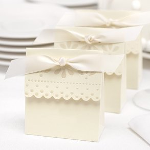 Ivory Scalloped Edge Favour Boxes